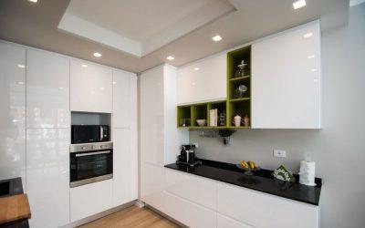 Г-образна кухня в бял мдф гланц